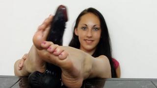 Teenie Ell Storm feet show off
