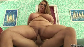 Sugar loaf Hillary Hooterz bounces on cam actively